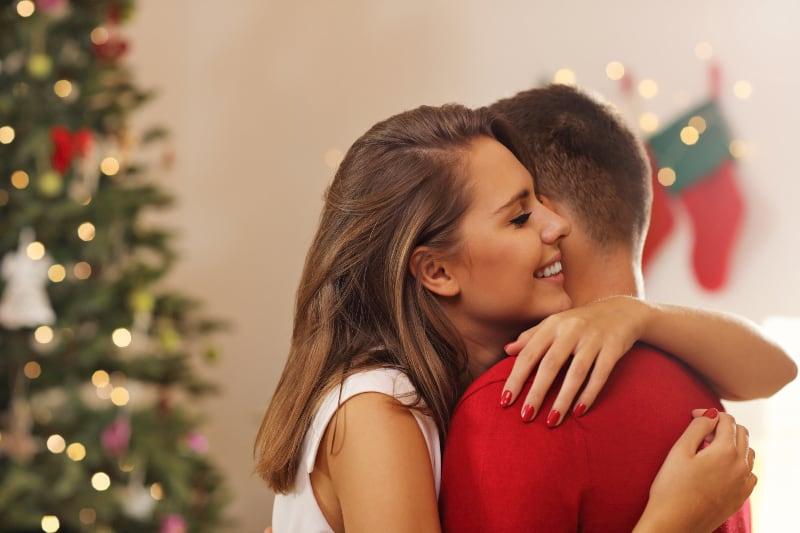 junges Paar umarmt