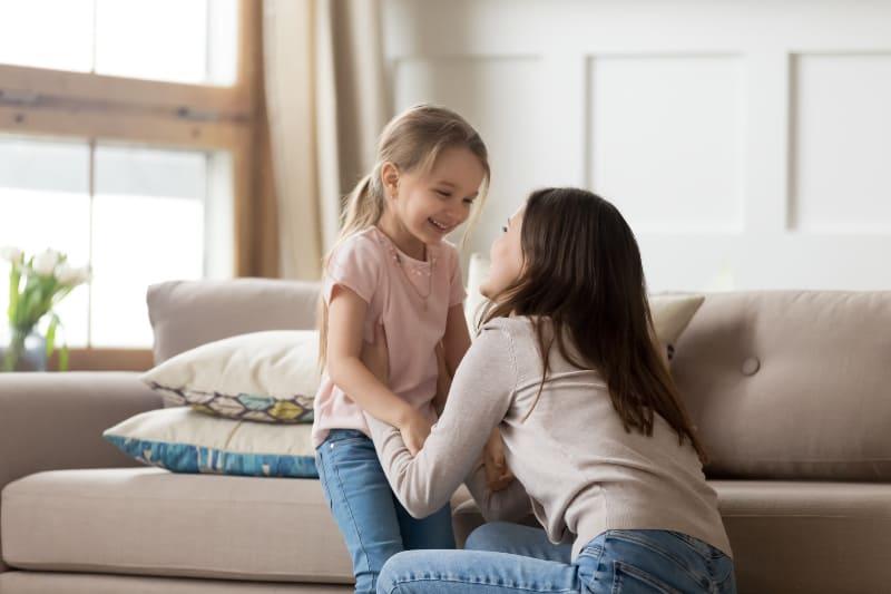 kleines Mädchen, das Spaß mit ihrer Tante hat
