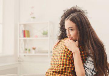das neidische Mädchen umarmt ihre Freundin