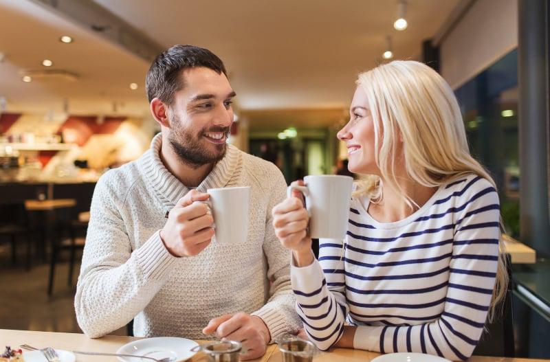 schöne Blondine im Nachmittagstee mit ihrem Mann