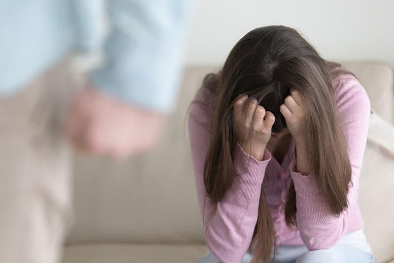 verzweifeltes Mädchen, das im Haus weint