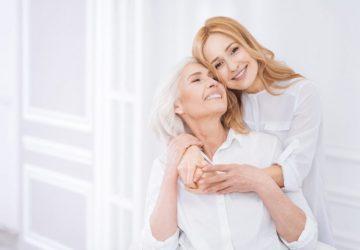 launische Mutter und Tochter lachen und sehen sich an