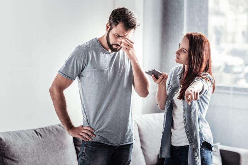 wütende Frau und Mann trennen sich