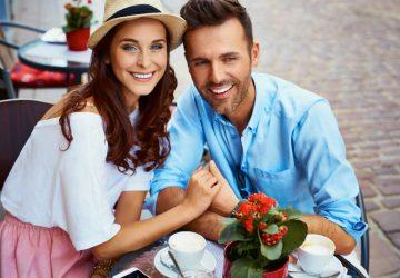 Ein liebevolles Paar genießt den Markt