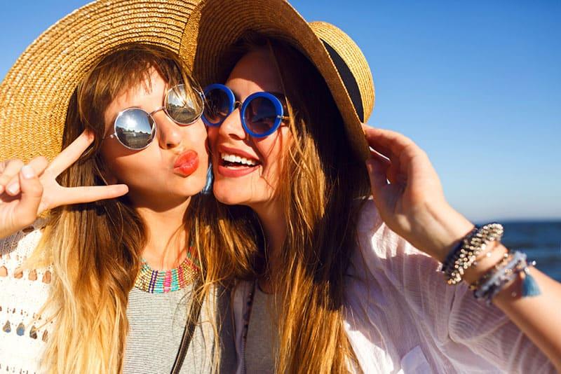 zwei Freundinnen lächeln in die Kamera