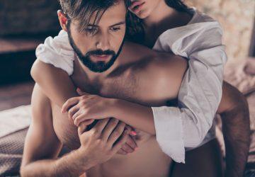 Frau umarmt einen Mann im Bett