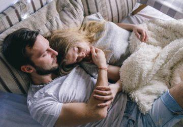 romantisches Paar in einem Schlafzimmer liegen
