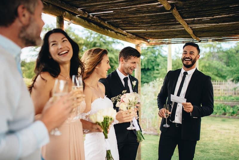 Braut und Bräutigam haben eine Hochzeitsrede