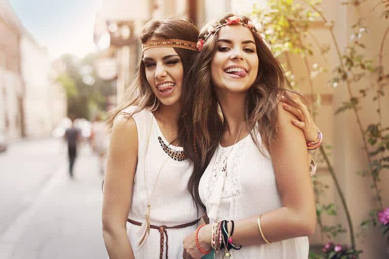 glückliche Freundinnen draußen