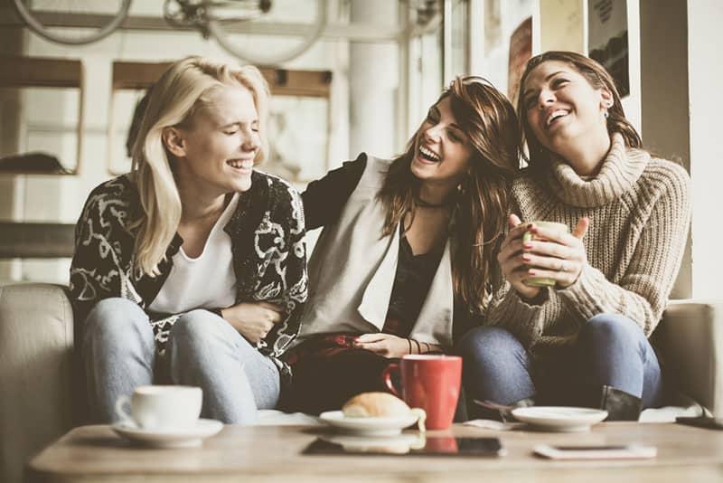Drei Freundinnen unterhalten sich beim Kaffee