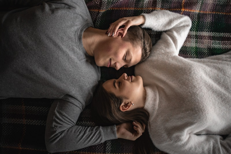 Ein Paar lag auf dem Bett und sah sich in die Augen