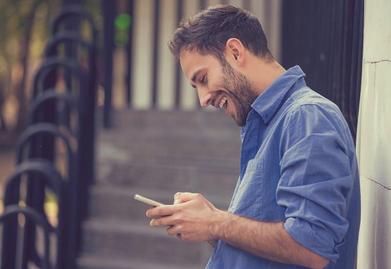 Ein junger Mann sah überrascht auf sein Handy