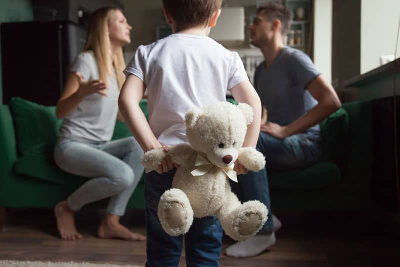 Eltern streiten sich, während das Kind zuschaut