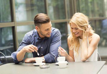 junges Paar spricht beim ersten Date