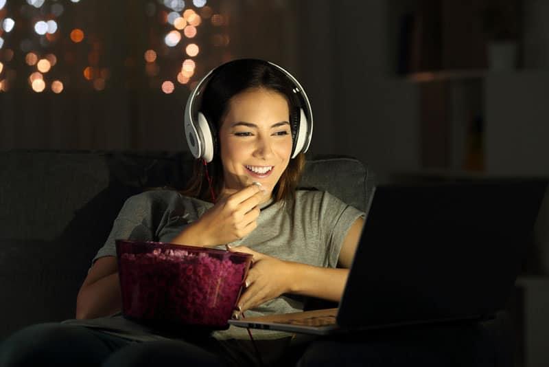 Frau, die den Film sieht und Popcorns isst