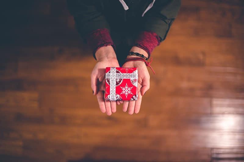 Frau, die kleines Geschenk hält