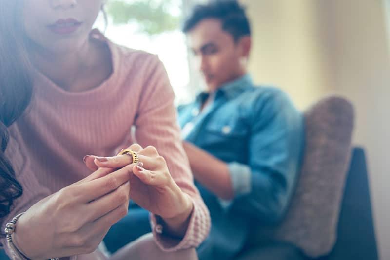 Frau nimmt ihren Ring ab