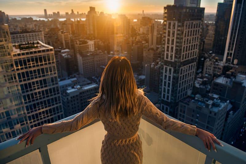 Frau oben auf dem Gebäude