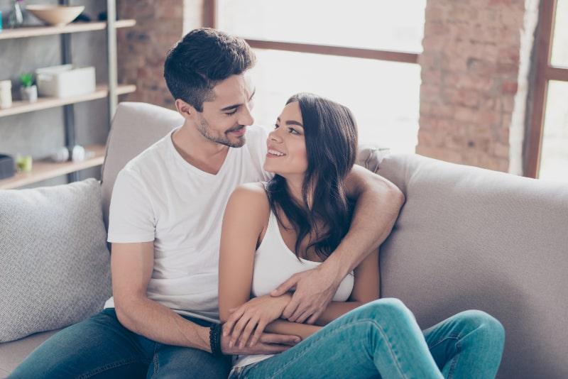 Frau schaut in Mann, der sie umarmte