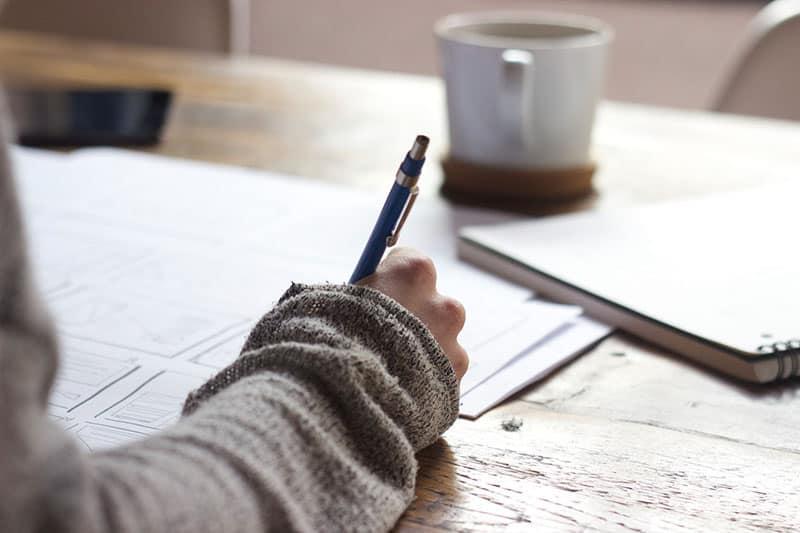 Frau schreibt auf das Papier