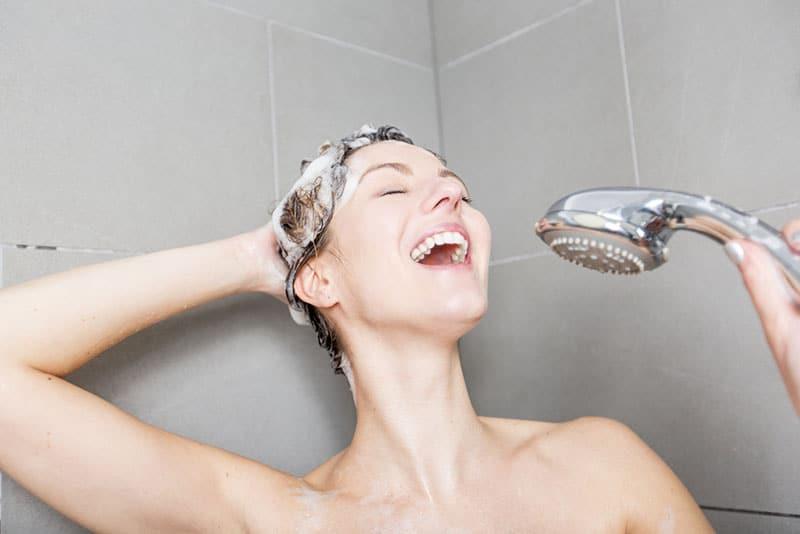 Frau singt unter der Dusche