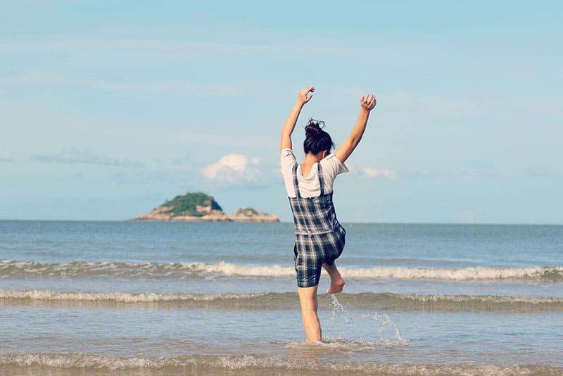 Frau springt in den See