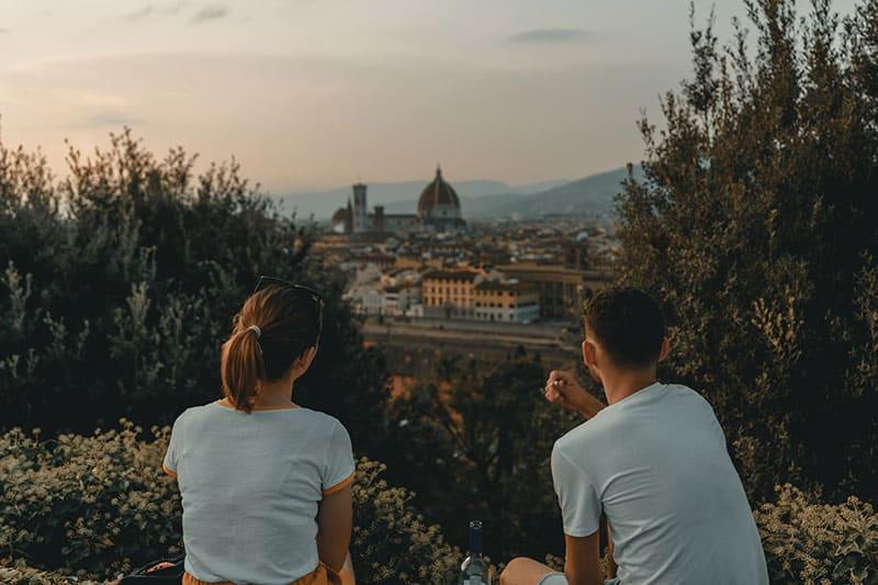 Frau und Mann betrachten die Stadtansicht