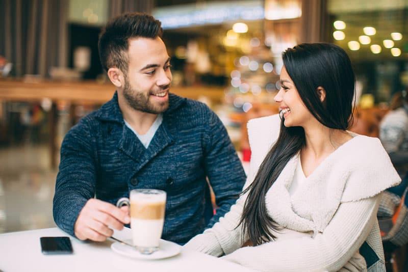 Frau und Mann sprechen im Café