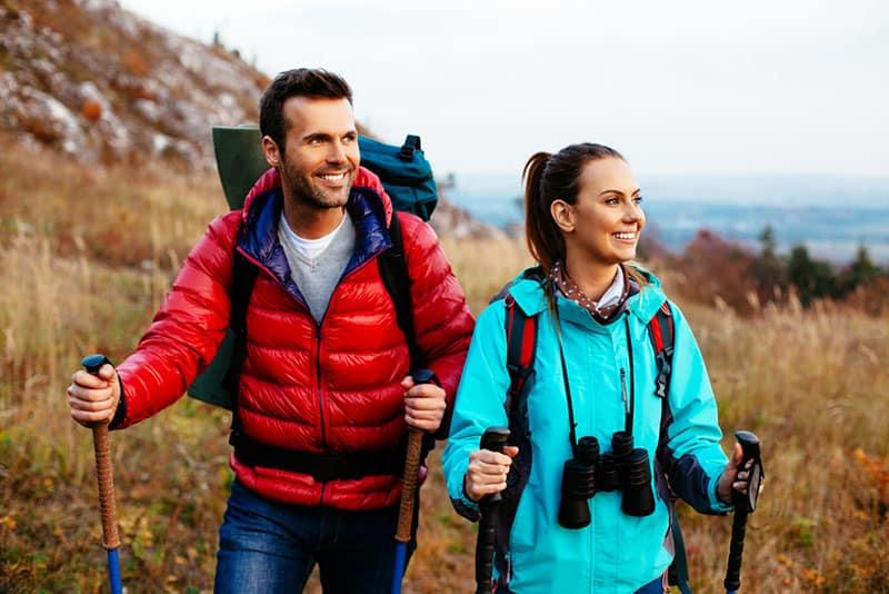 Frau und Mann wandern zusammen