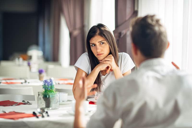 Frau zweifelt an Partnergesprächen