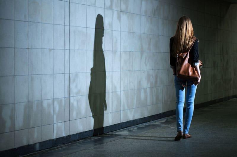 Frauenschatten an der Wand