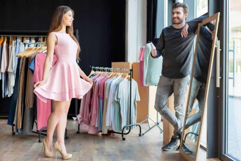 Freund schaut ihre Freundin in neuem Kleid an