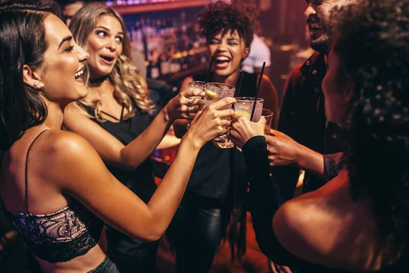Freunde, die im Nachtclub feiern