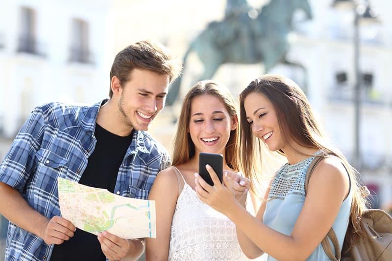 Freunde, die vom Handy lesen