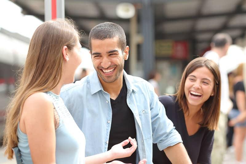 Freunde, die zusammen über Witze lachen