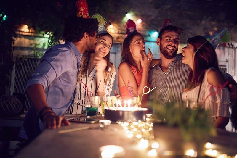 Freunde feiern einen Geburtstag