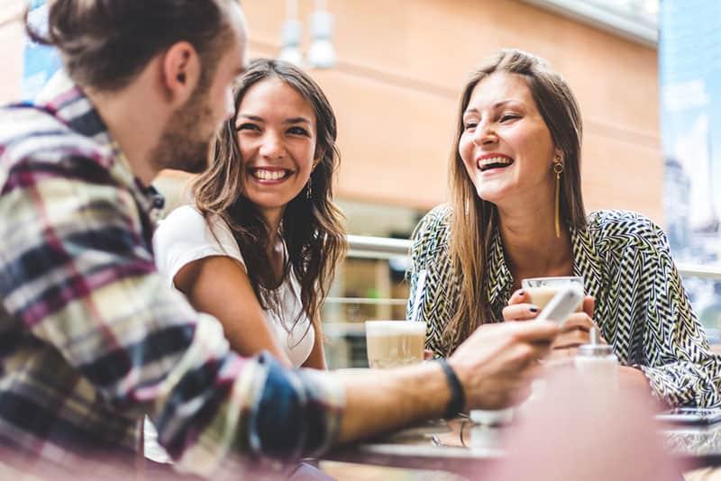 Freunde reden miteinander und lächeln