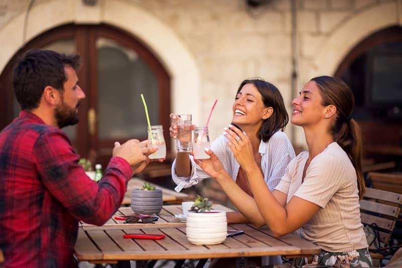Freunde trinken auf der Terrasse