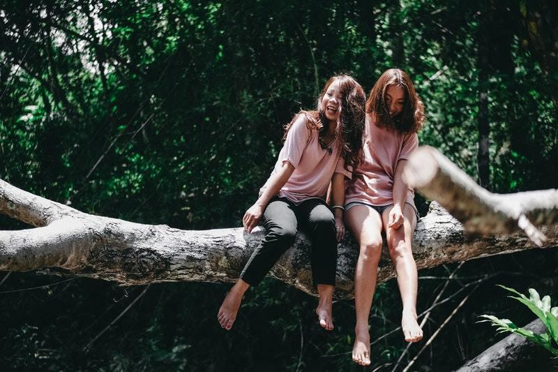 Freundinnen genießen in der Natur