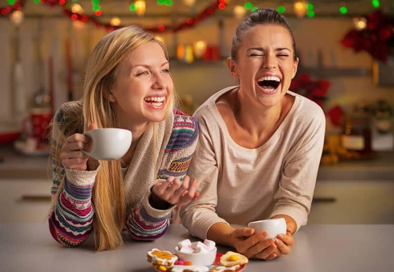 Freundinnen trinken Kaffee und scherzen