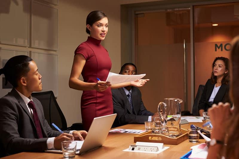 Geschäftsfrau, die über das Treffen im Büro spricht