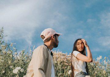 Paar in der Natur spazieren