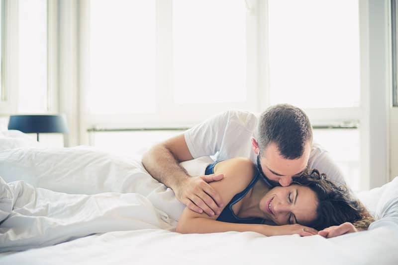 Iman küsst sein Mädchen im Bett