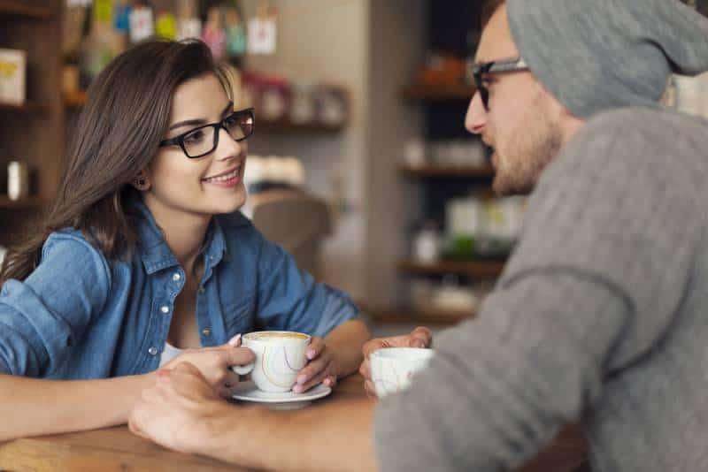 Liebespaar am Date im Cafe