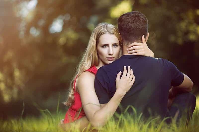 Mädchen, das einen Mann umarmt