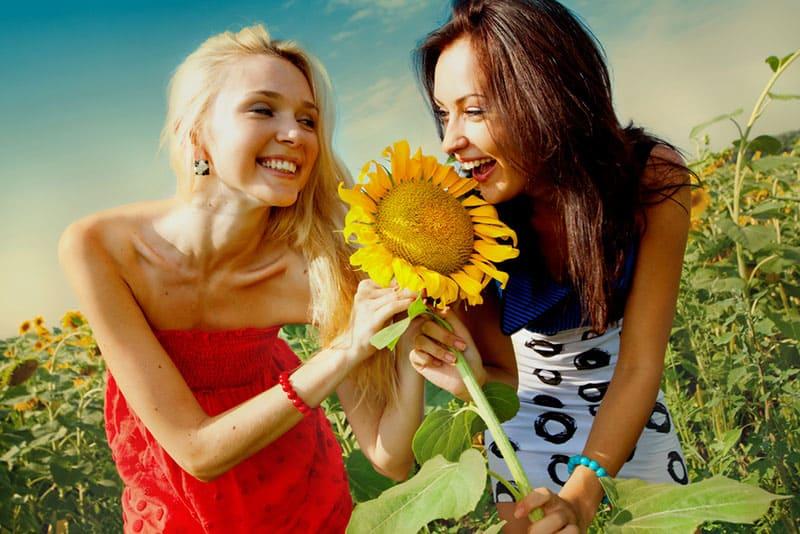 Mädchen, die Spaß im Blumenfeld haben