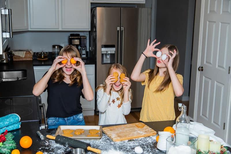 Mädchen, die Spaß in der Küche haben