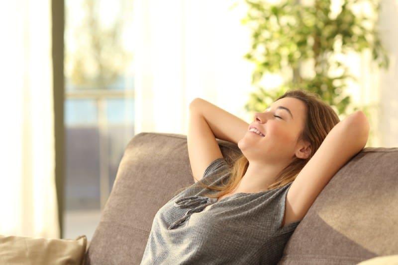 Mädchen entspannt auf einem Sofa zu Hause