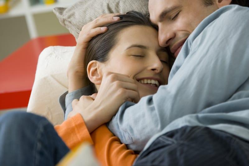 Mädchen im orangefarbenen Hemd, das von ihrem Mann geliebt wird