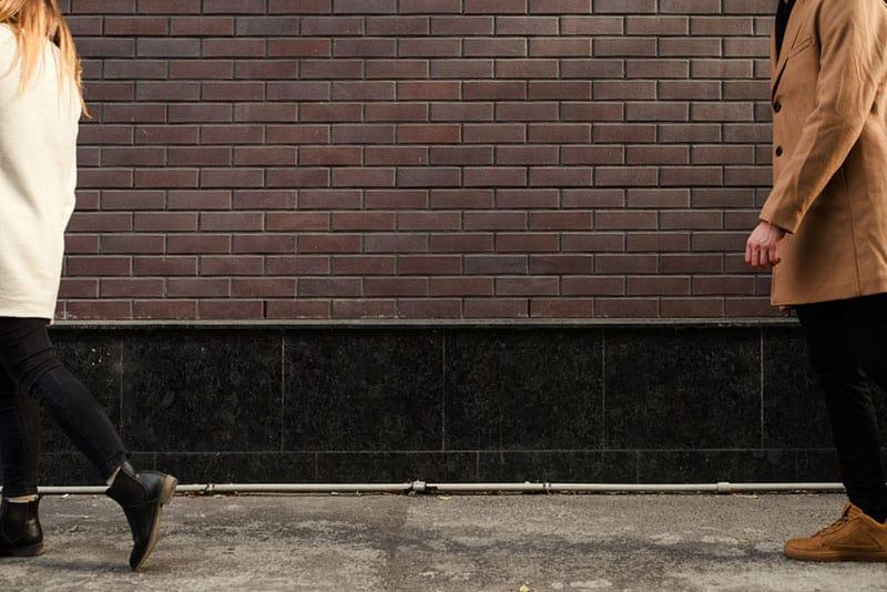 Mädchen lässt ihren Mann auf der Straße